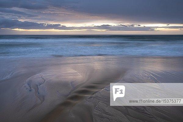 Wasser fließt am Sandstrand ins Meer  bizarre Strukturen  Dalmore Beach  Isle of Lewis  Schottland