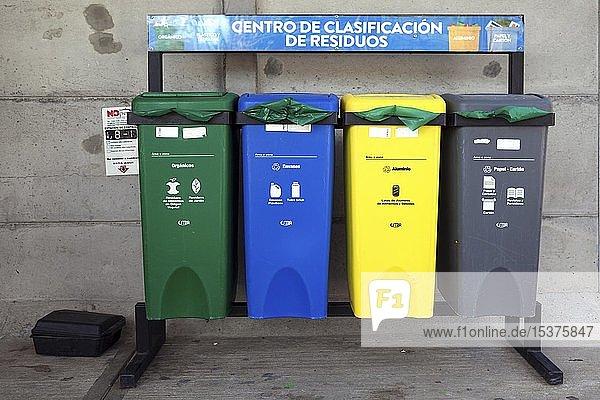 Verschiedene Müllbehälter zur Mülltrennung  Costa Rica  Mittelamerika
