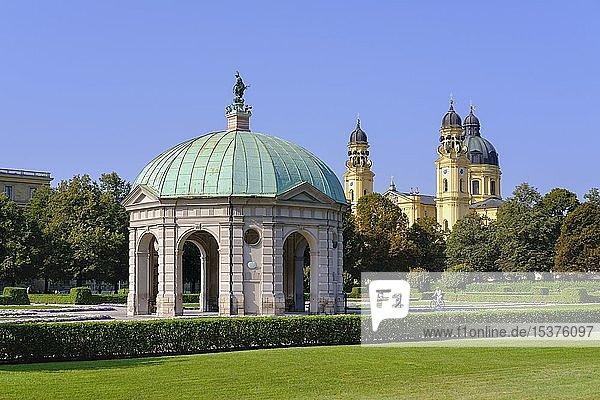 Dianatempel im Hofgarten und Theatinerkirche  Altstadt  München  Oberbayern  Bayern  Deutschland  Europa