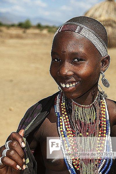 Lachende junge Frau mit Halsschmuck  vom Volksstamm der Erbore  Turmi  Unteres Omo-Tal  Omo-Region  Süd-Äthiopien  Äthiopien  Afrika