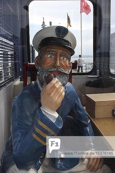 Plastikstatue Schiffskapitän  Verkaufshäuschen im Hafen von Unteruhldingen am Bodensee  Baden-Württemberg  Deutschland  Europa