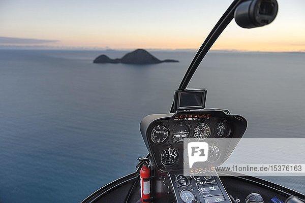Flug mit dem Helikopter Robinson R44 zur Vulkaninsel White Island  Morgenstimmung  Whakaari  Vulkaninsel  Bay of Plenty  Nordinsel  Neuseeland  Ozeanien