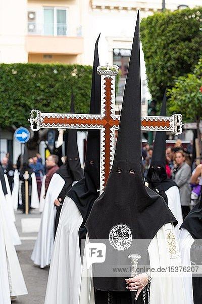 Nazarenos  Büßer mit Kreuz bei der Semana Santa Prozession  Karwoche  Almería  Andalusien  Spanien  Europa