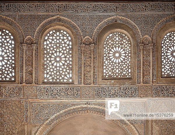 Wand mit ornamentalen Gipsverzierungen  Sommerpalast  Palacio de Generalife  Alhambra  Granada  Spanien  Europa