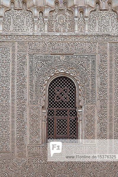 Wand mit ornamentalen maurischen Gipsverzierungen und Koransuren  Nasridenpaläste  Alhambra  Granada  Andalusien  Spanien  Europa