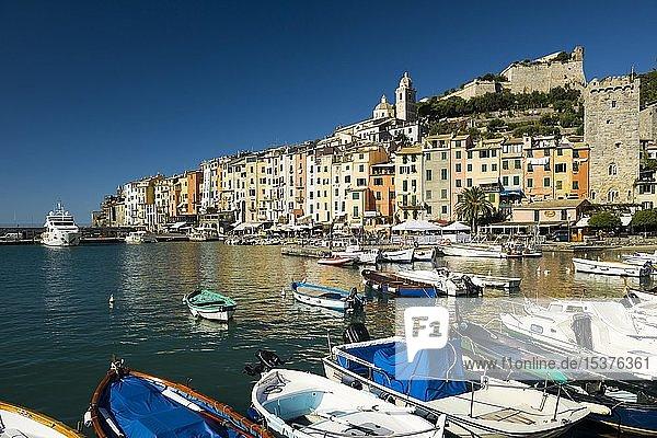 Bunte Häuserzeile am Hafen  Portovenere  Cinque Terre  Provinz La Spezia  Riviera di Levante  Ligurien  Italien  Europa