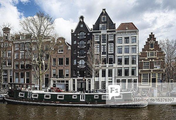 Gracht mit Hausboot und historischen Häusern  Amsterdam  Nordholland  Holland  Niederlande  Europa