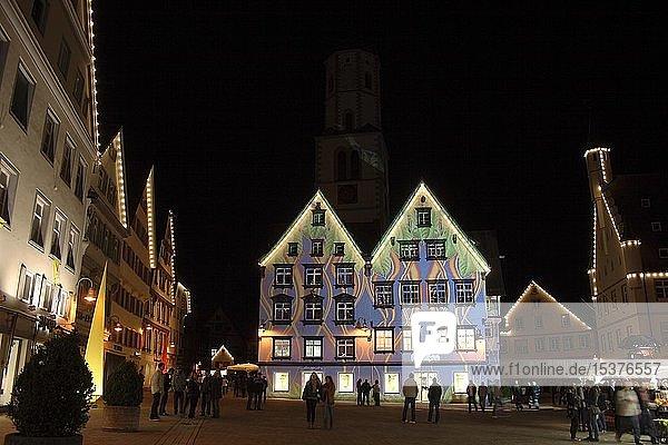 Lichtshow,  Lichtkünstler,  Langzeitbelichtung,  beleuchtete Häuserfassaden,  Martktplatz in Biberach an der Riß,  Oberschwaben,  Baden-Württemberg,  Deutschland,  Europa