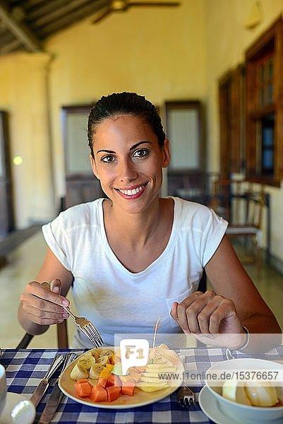 Junge Frau beim Frühstück in einem Hotel  Galle  Sri Lanka  Asien
