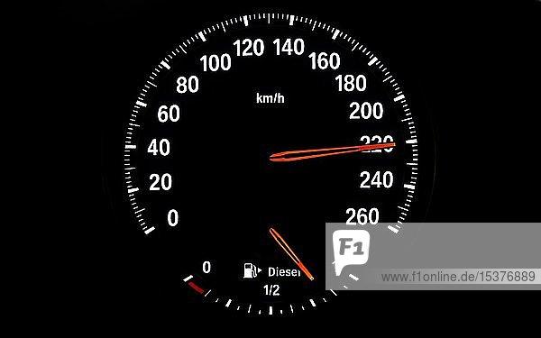 Tachometer mit Kraftstoffanzeige für Diesel  Geschwindigkeit 220 km/h  Symbolbild Gefahr durch überhöhte Geschwindigkeit  zu schnelles Fahren  Deutschland  Europa