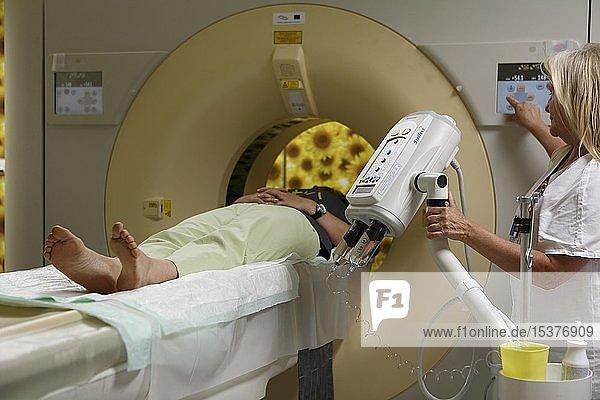 Ärztin und Patient in der Röhre bei CT  Computertomographie  Karlsbad  Tschechien  Europa
