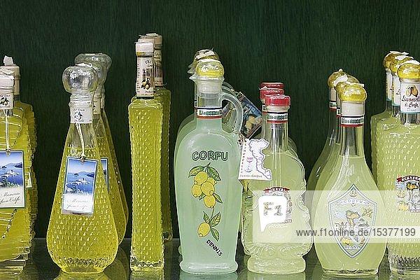 Spezialität  griechischer Limoncello in verschiedenen Flaschen  Korfu-Stadt  Insel Korfu  Ionische Inseln  Griechenland  Europa
