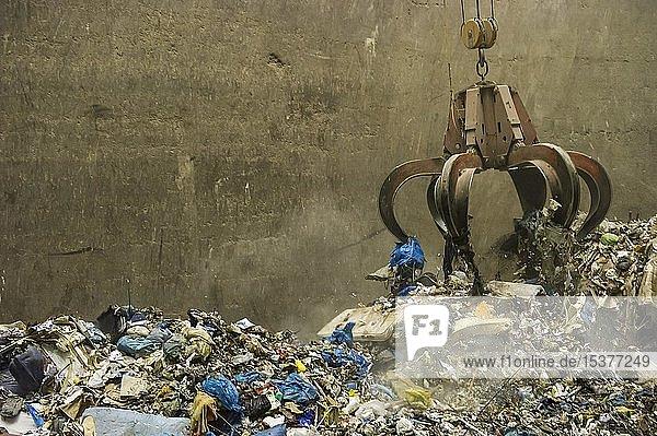 Ein Kran transportiert Müll in einem Müllheizkraftwerk  TREA Breisgau  Eschbach  bei Müllheim  Markgräfler Land  Baden-Württemberg  Deutschland  Europa