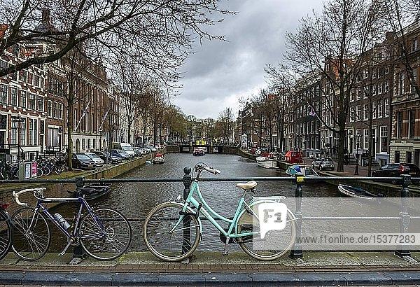 Türkises Fahrrad auf einer Brücke über eine Gracht  historische Häuser  Amsterdam  Nordholland  Niederlande  Europa