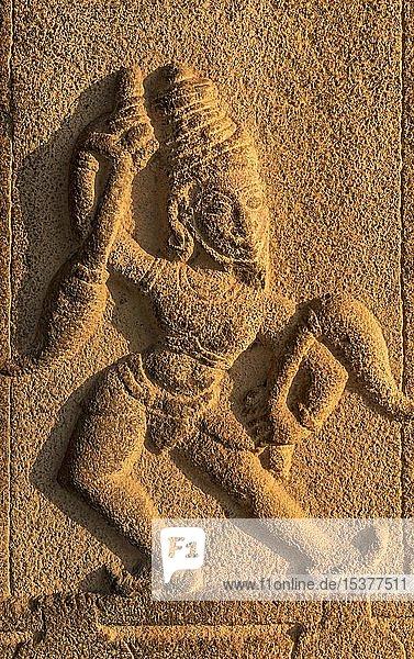 Detail  Figur auf Säulen des Kadalekalu Ganesha Tempels  Hampi  Indien  Asien