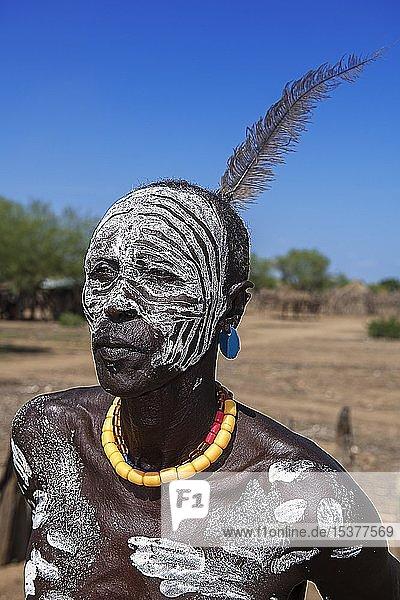 Mann vom Volksstamm der Karo mit Gesichtsbemalung  Karo-Dorf Duss  Unteres Omo-Tal  Omo-Region  Süd-Äthiopien  Äthiopien  Afrika Mann vom Volksstamm der Karo mit Gesichtsbemalung, Karo-Dorf Duss, Unteres Omo-Tal, Omo-Region, Süd-Äthiopien, Äthiopien, Afrika
