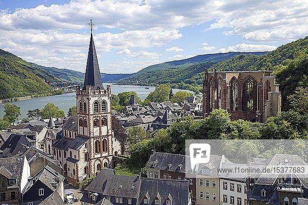 Blick vom Postenturm auf Pfarrkirche St. Peter und Kirchenruine Wernerkapelle  Bacharach  Oberes Mittelrheintal  Rheinland-Pfalz  Deutschland  Europa