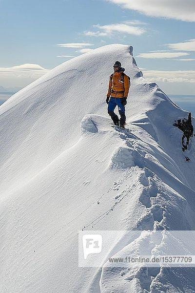 Bergsteiger bei Schnee auf dem Grat des Stortinden  Svolvaer  Austvågøy  Lofoten  Norwegen  Europa