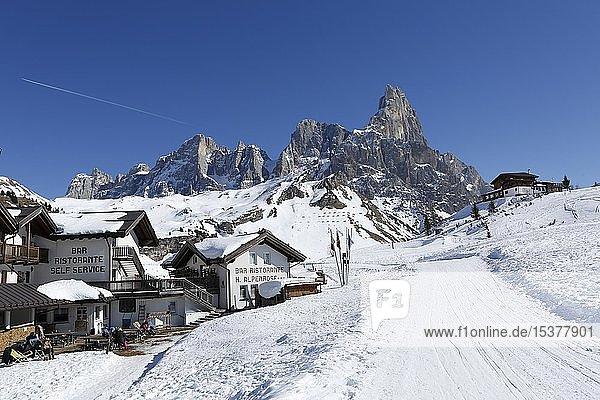 Restaurant am Gebirgspass Passo Rolle mit Schnee  Palla Gruppe  Dolomiten  Trentino  Italien  Europa