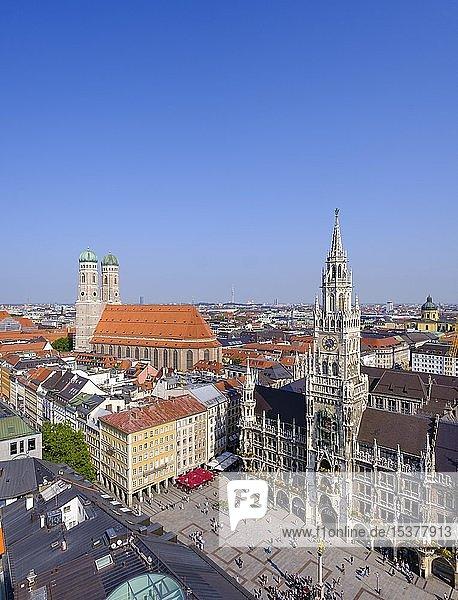 Blick auf Frauenkirche  Marienplatz und Neues Rathaus  München  Oberbayern  Bayern  Deutschland  Europa