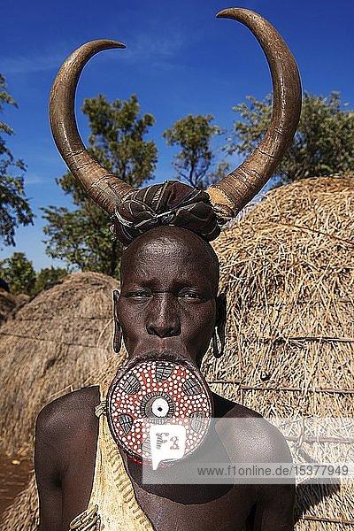 Frau mit großem Lippenteller und Hörnern als Kopfschmuck  Volksstamm der Mursi  Mago Nationalpark  Region der südlichen Nationen Nationalitäten und Völker  Äthiopien  Afrika Frau mit großem Lippenteller und Hörnern als Kopfschmuck, Volksstamm der Mursi, Mago Nationalpark, Region der südlichen Nationen Nationalitäten und Völker, Äthiopien, Afrika