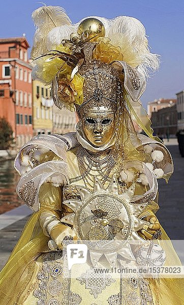 Frau mit traditioneller venezianischer Maske  Karneval in Venedig  Venetien  Italien  Europa