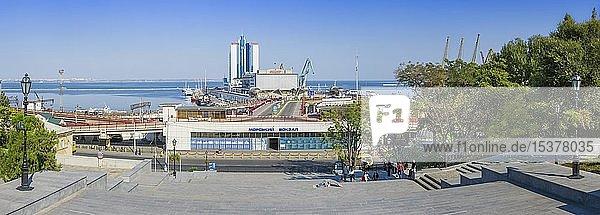 Passagierterminal und Hotel Odessa in Odessa Seehafen Blick von der Potemkin Treppe  Odessa  Ukraine  Europa