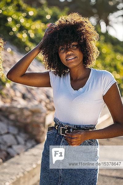Porträt einer jungen Frau mit der Hand im Haar