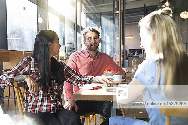 Treffen von Freunden in einem Cafe