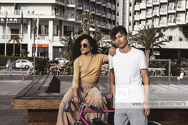 Cooles Paar mit Fahrrad in der Stadt