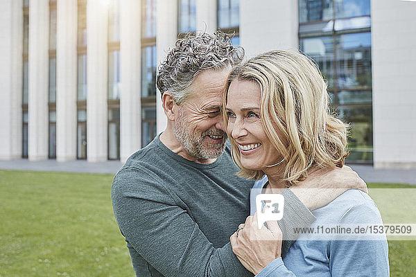 Glückliches reifes Paar umarmt sich in der Stadt