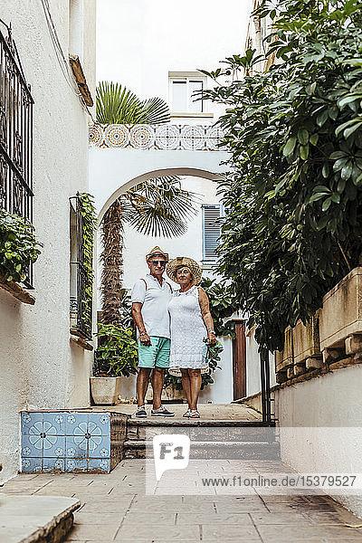 Älteres Touristenpaar in einem Dorf,  El Roc de Sant Gaieta,  Spanien