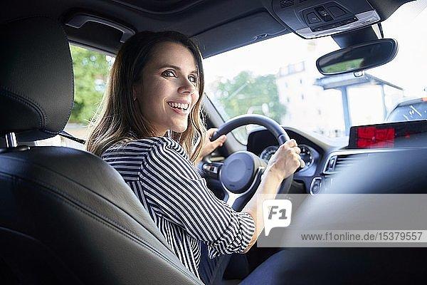 Glückliche Frau fährt Auto