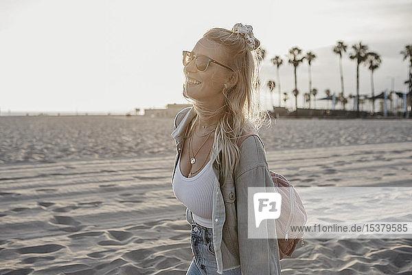 Glückliche junge Frau am Strand  Venice Beach  Kalifornien  USA