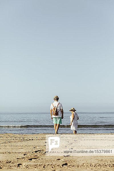 Älteres Ehepaar am Strand  El Roc de Sant Gaieta  Spanien
