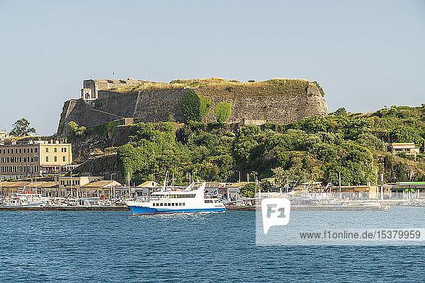 Schiff im Hafen vor Anker gegen den klaren Himmel in Korfu  Griechenland