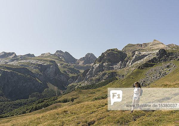 Frau wandert in den Bergen  Ordesa-Nationalpark  Aragonien  Spanien