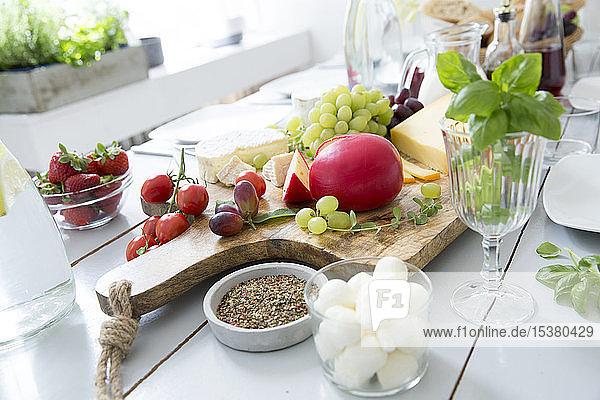 Gedeckter Tisch mit Obst und Käse