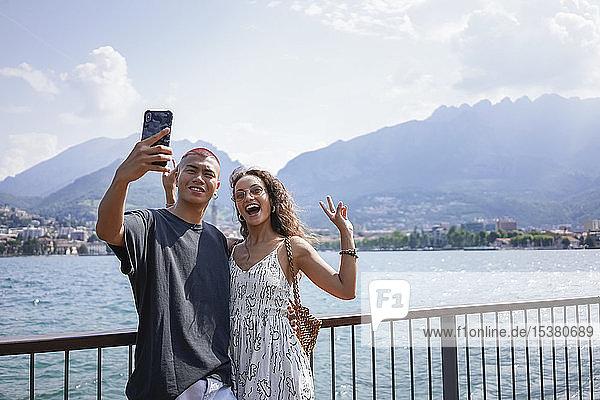Porträt eines jungen Paares bei der Selbsthilfe vor dem Comer See  Lecco  Italien