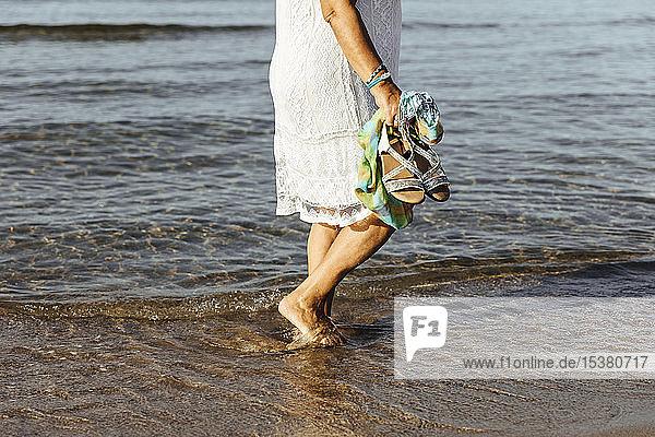 Nahaufnahme einer älteren Frau,  die im Meer watend,  El Roc de Sant Gaieta,  Spanien