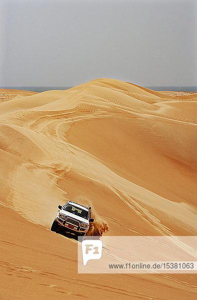 Sultanat Oman  Wahiba Sands  Dünenschlachten in einem SUV