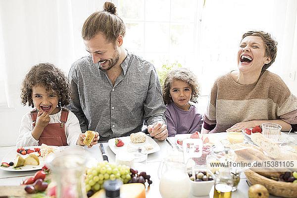 Glückliche Familie beim Mittagessen zu Hause