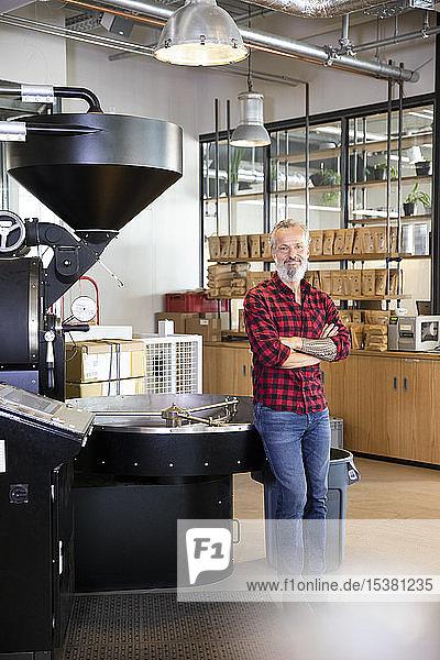 Porträt eines selbstbewussten reifen Mannes in einer Kaffeerösterei