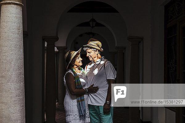 Älteres Touristenpaar an einer Kolonnade im Schatten,  El Roc de Sant Gaieta,  Spanien