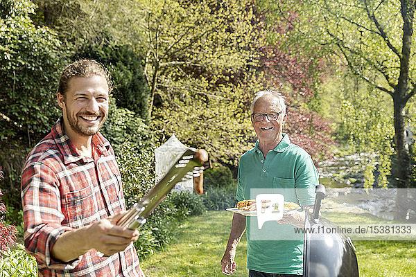 Porträt eines glücklichen Mannes auf einem Familien-Grillfest im Garten