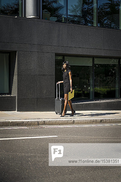 Geschäftsfrau mit Einkaufswagen in der Stadt