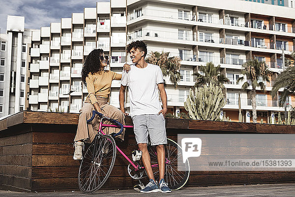 Cooles Paar mit Fahrrad in der Stadt Cooles Paar mit Fahrrad in der Stadt