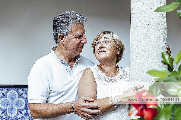 Anhängliches älteres Ehepaar im Freien