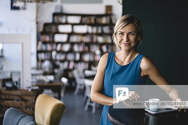 Geschäftsfrau entspannt sich bei einer Tasse Kaffee