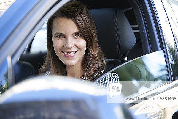 Porträt einer lächelnden Auto fahrenden Frau